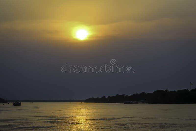 Härlig himmel över floden på solnedgången eller soluppgång arkivfoto
