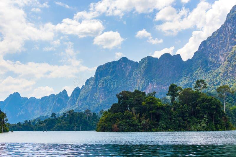 Härlig himmel för bergsjöflod och naturliga dragningar i den Ratchaprapha fördämningen på Khao Sok National Park, Surat Thani lan royaltyfri fotografi