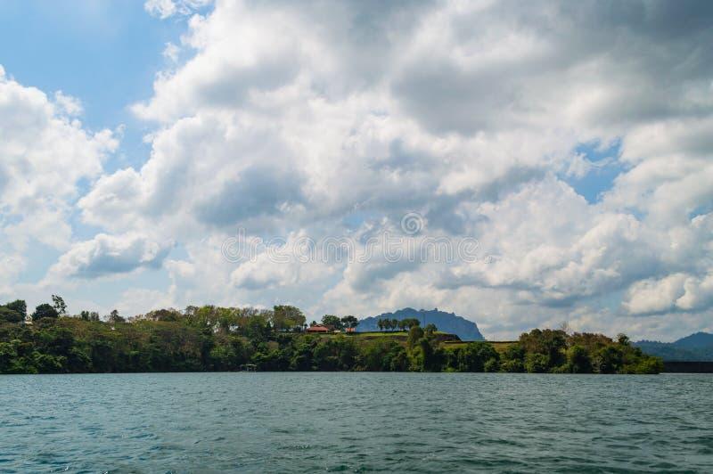 Härlig himmel för bergsjöflod och naturliga dragningar i den Ratchaprapha fördämningen på Khao Sok National Park, Surat Thani lan arkivbilder