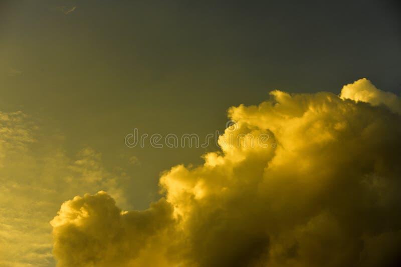 Härlig himmel, härliga guld- moln i solnedgången royaltyfria foton
