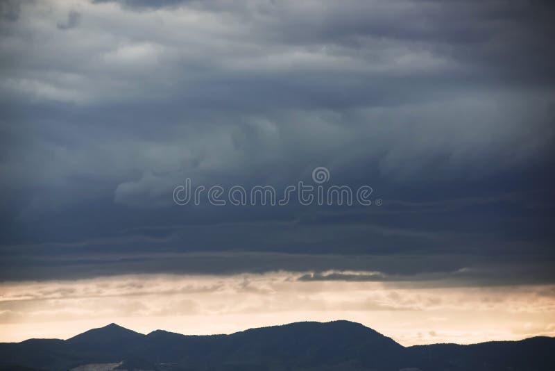 Härlig himmel med blåa moln fotografering för bildbyråer