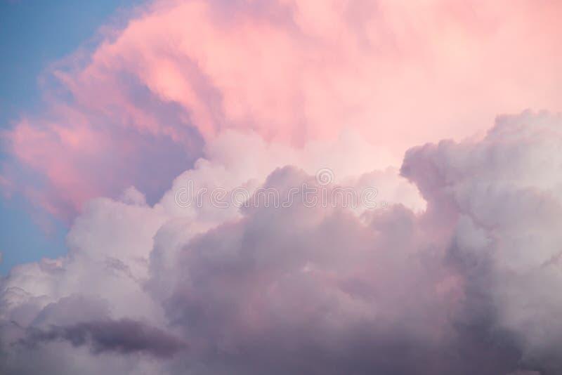 Härlig himmel med moln i aftonen arkivbild