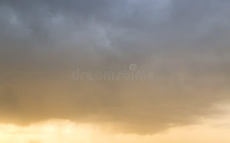 Härlig himmel med moln i aftonen royaltyfri bild