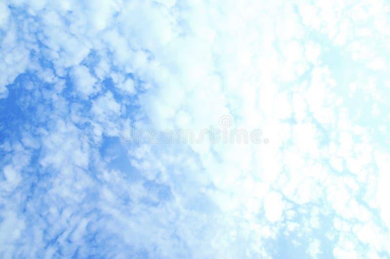 Härlig himmel med skalamolnet arkivfoton