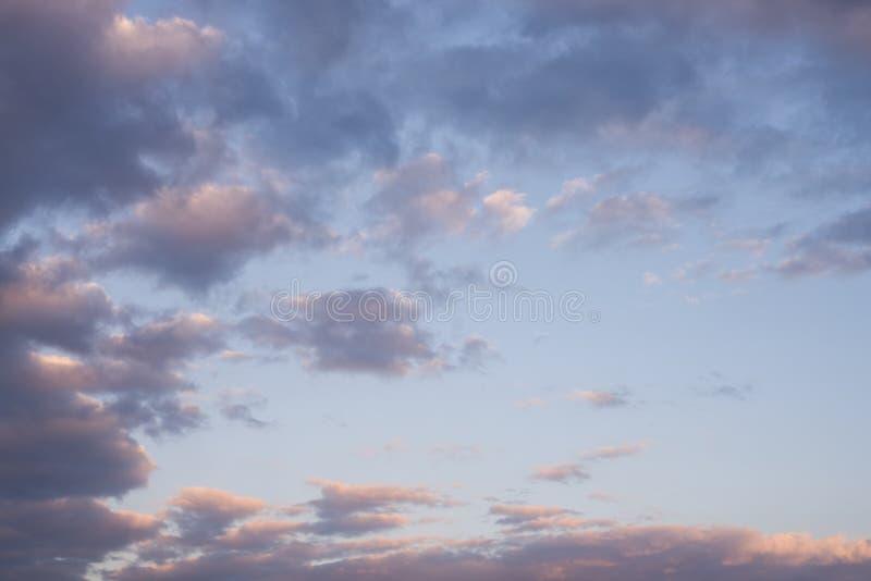Härlig himmel och cloundsolnedgång, himmelbakgrund arkivfoton