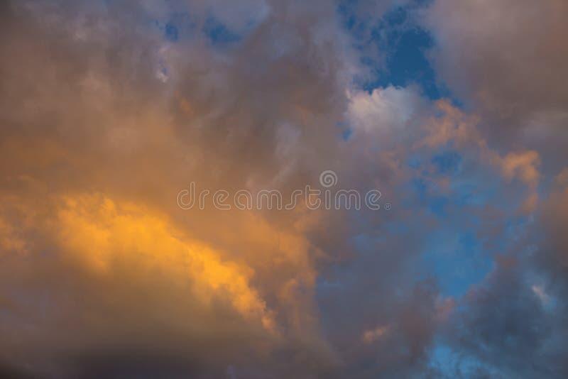 Härlig himmel på solnedgången med kulöra moln fotografering för bildbyråer