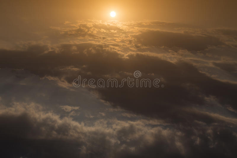Härlig himmel, soluppgång ovanför himmel och moln, ljusa strålar arkivfoton
