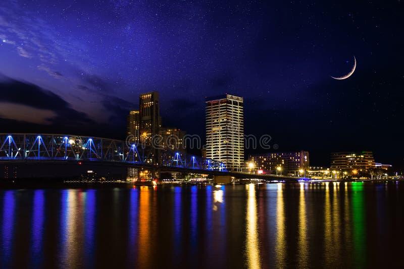 Härlig himmelnatt över i stadens centrum Jacksonville Florida arkivbild