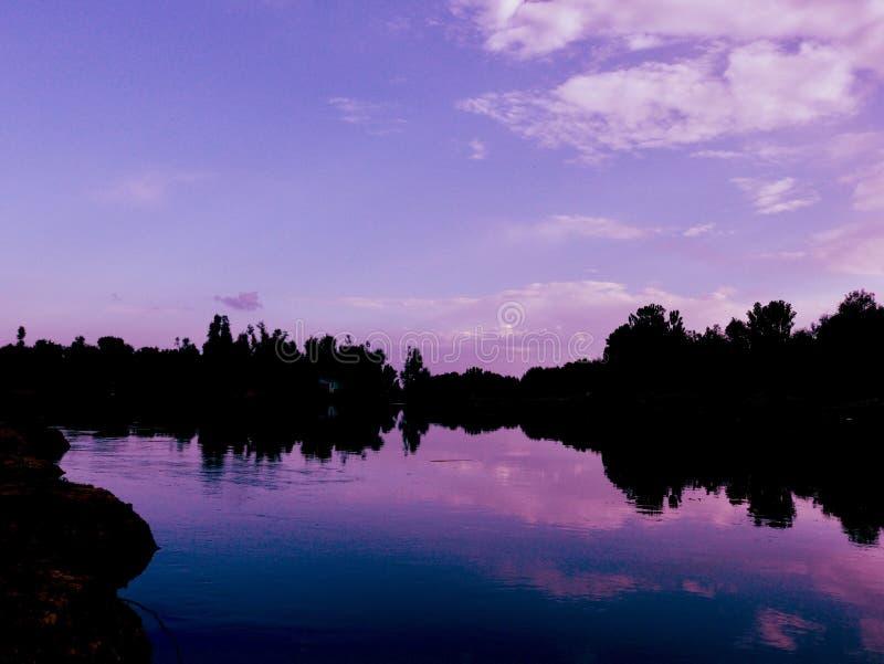 Härlig himmelsikt längs sida för flodbank i Kashmir Indien arkivbilder