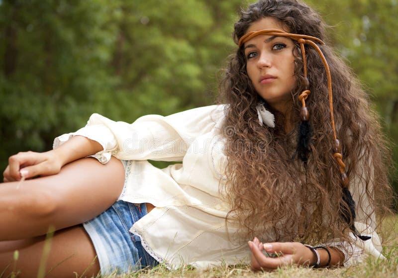 Härlig hippieflicka i parkera royaltyfria foton