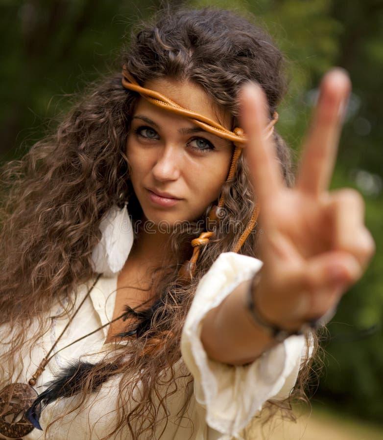 Härlig hippieflicka i parkera royaltyfri bild