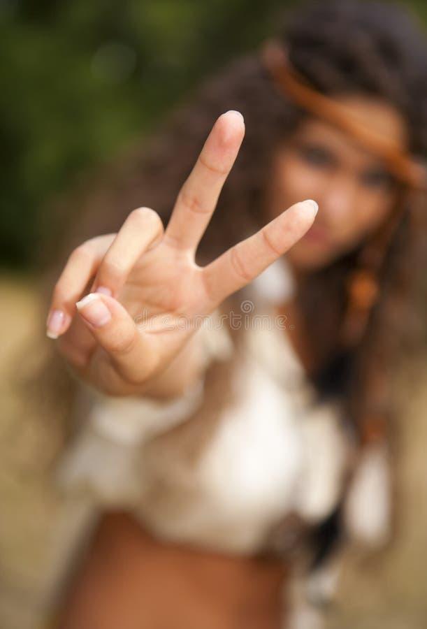 Härlig hippieflicka i parkera royaltyfria bilder