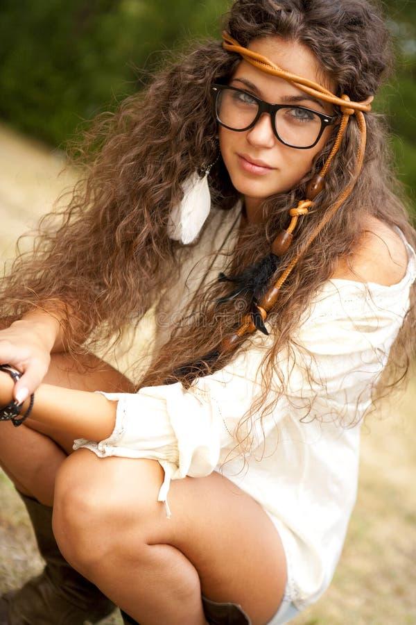 Härlig hippieflicka med exponeringsglas i parkera royaltyfri fotografi
