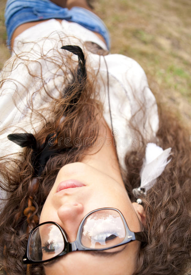 Härlig hippieflicka med exponeringsglas i parkera royaltyfria foton