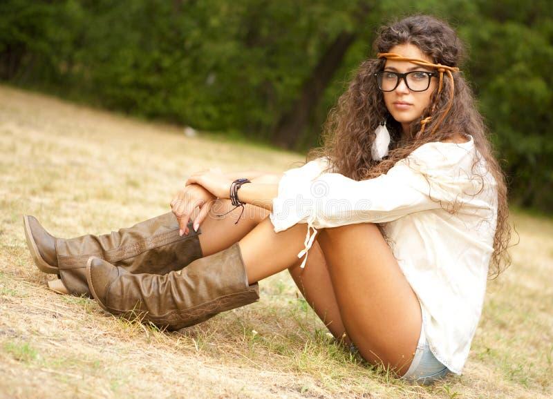 Härlig hippieflicka med exponeringsglas i parkera arkivfoton