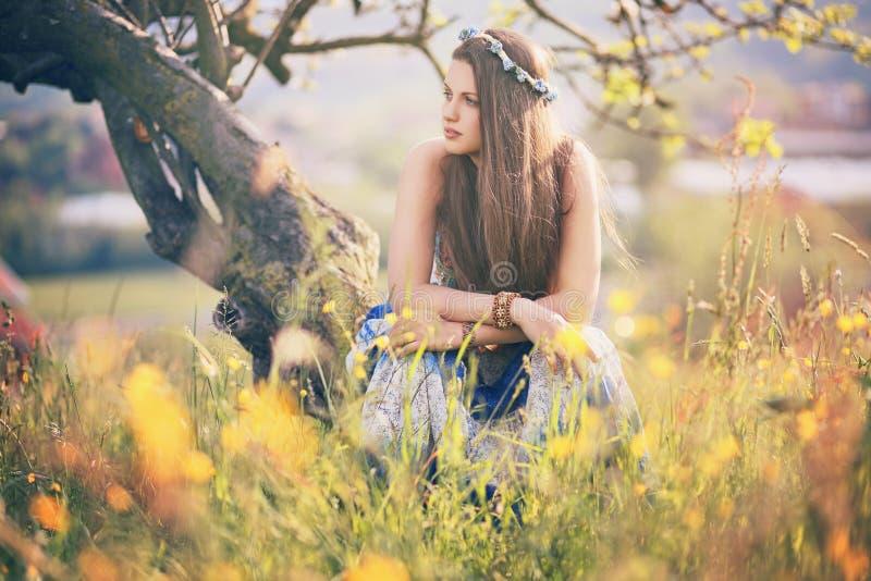Härlig hippiekvinna med sommarblommor arkivfoto