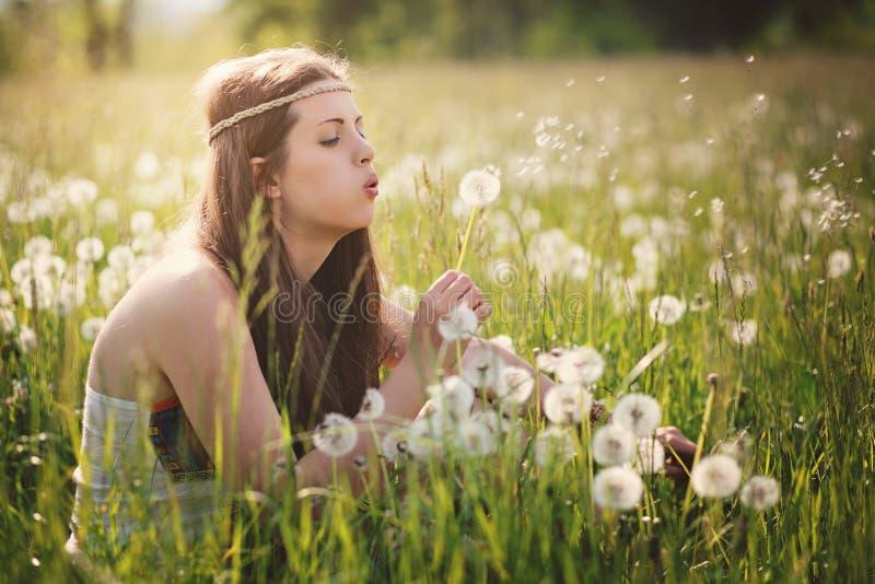 Härlig hippiekvinna och maskros fotografering för bildbyråer