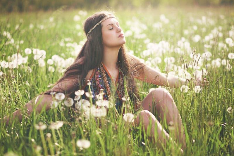 Härlig hippiekvinna som tycker om solen royaltyfri foto