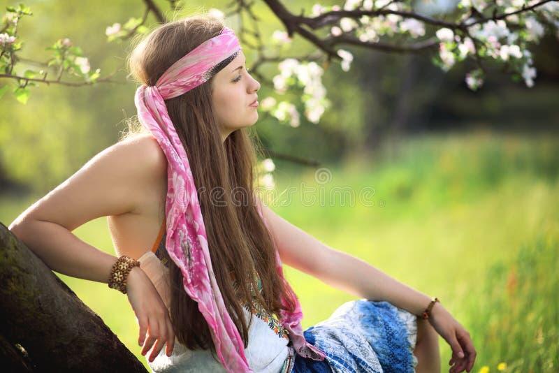 Härlig hippiekvinna som tycker om våren royaltyfria foton