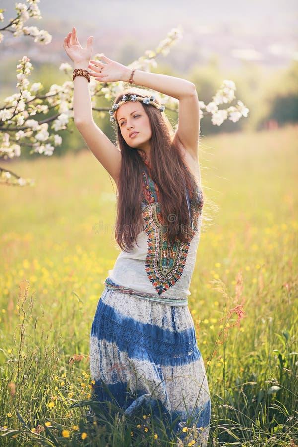 Härlig hippiekvinnadans i ett sommarfält arkivbilder