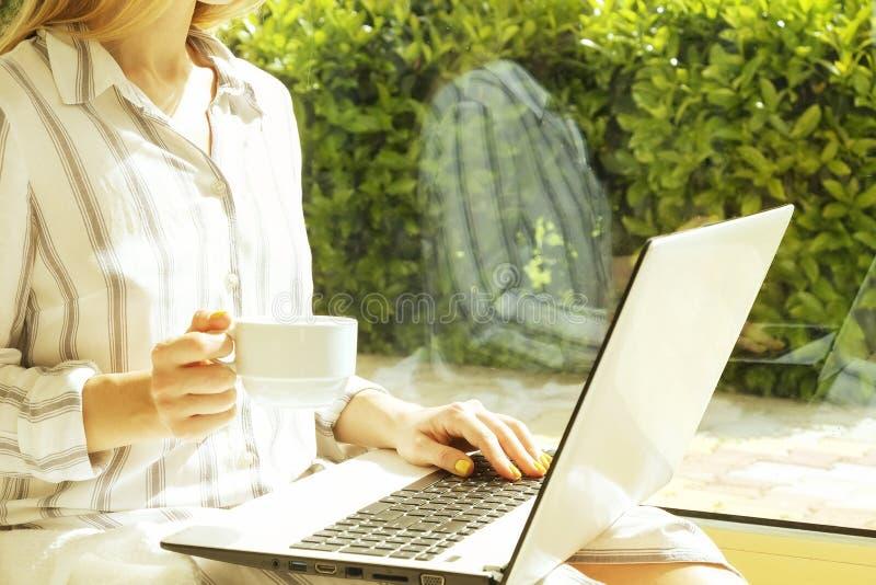 Härlig hipsterkvinna i den lösa bandskjortan som hemma sitter, u arkivfoto