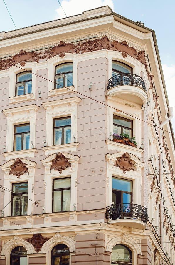 Härlig historisk arkitektur av staden av St Petersburg Vertikalt foto royaltyfri fotografi