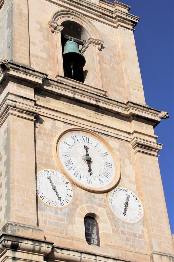 Härlig historisk klocka på tornet av den medeltida domkyrkan i huvudstaden av Malta, Valletta royaltyfri bild