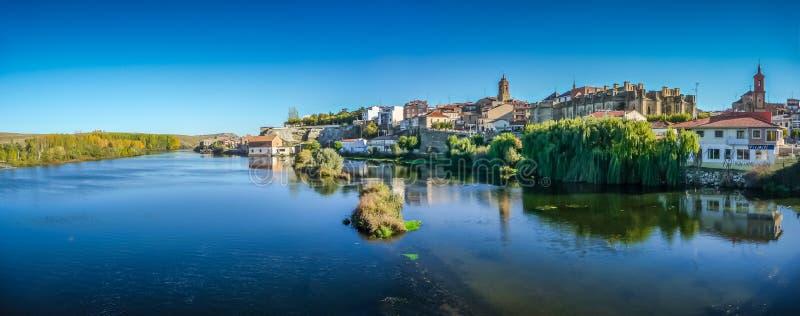 Härlig historisk stad Alba de Tormes, Castilla y Leon, Spanien arkivfoton