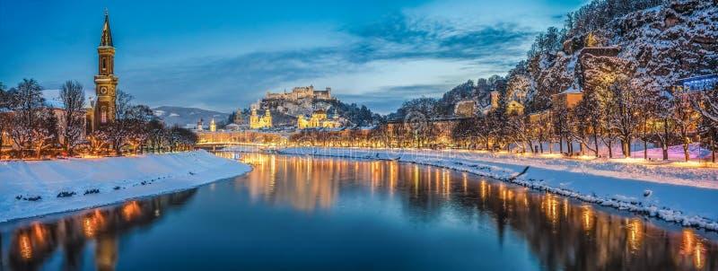 Härlig historisk stad av Salzburg i vinter på natten, Österrike royaltyfri fotografi