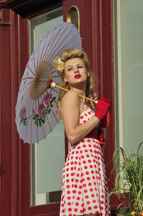 härlig holdingparaplykvinna arkivbild