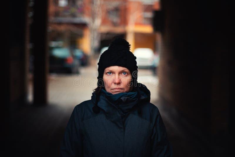 Härlig hoppfull vuxen caucasian kvinnastående på gatan arkivfoto