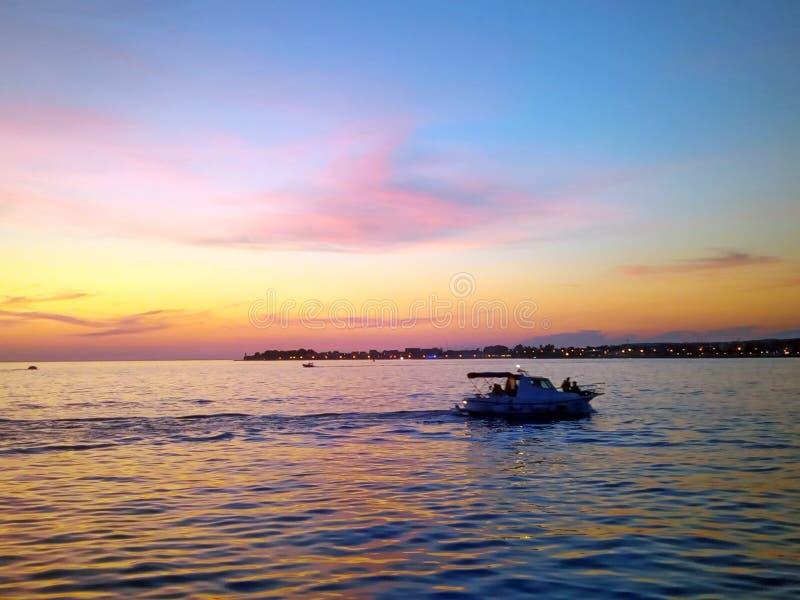Härlig horisontsolnedgång på Adriatiskt havet royaltyfria foton