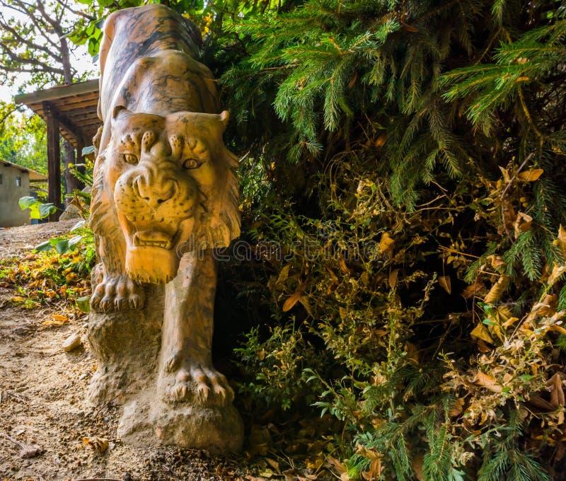 Härlig huggen stentigerstaty, djura garneringar för trädgård arkivbild