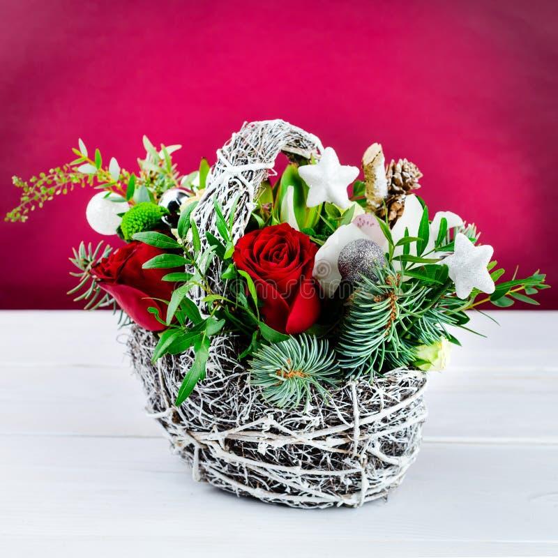 Härlig idérik vinterbukett med röda och gröna blommor, pi fotografering för bildbyråer