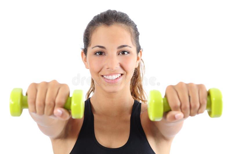 Härlig idrottskvinnaövning som är aerobisk med hantlar royaltyfri fotografi