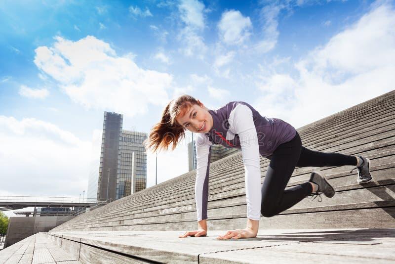 Härlig idrottskvinna som utomhus övar fotografering för bildbyråer