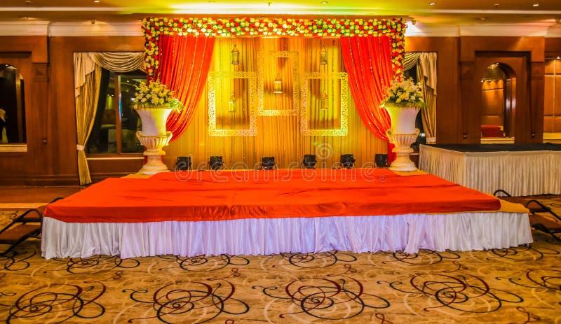 Härlig indisk etappuppsättning för gifta sig ceremoni i färger och entran royaltyfria bilder