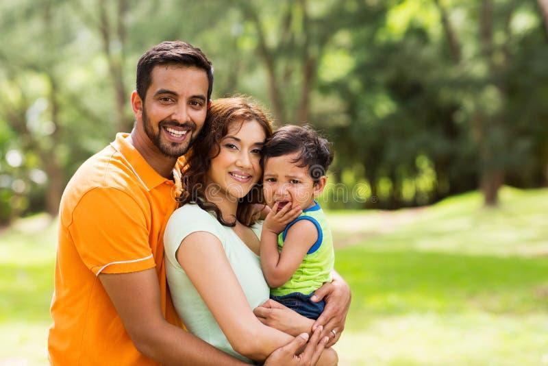 Härlig indisk familj arkivfoto