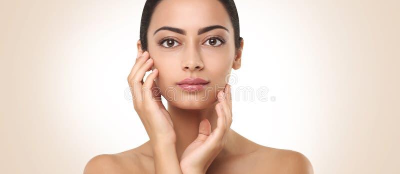 Härlig indisk flicka med den rörande framsidan för perfekt hud royaltyfri fotografi