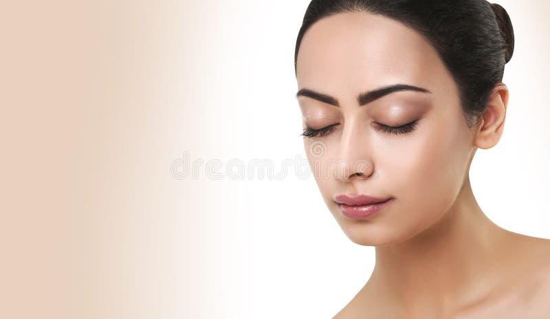 Härlig indisk flicka med perfekt hud, rengöringframsida fotografering för bildbyråer