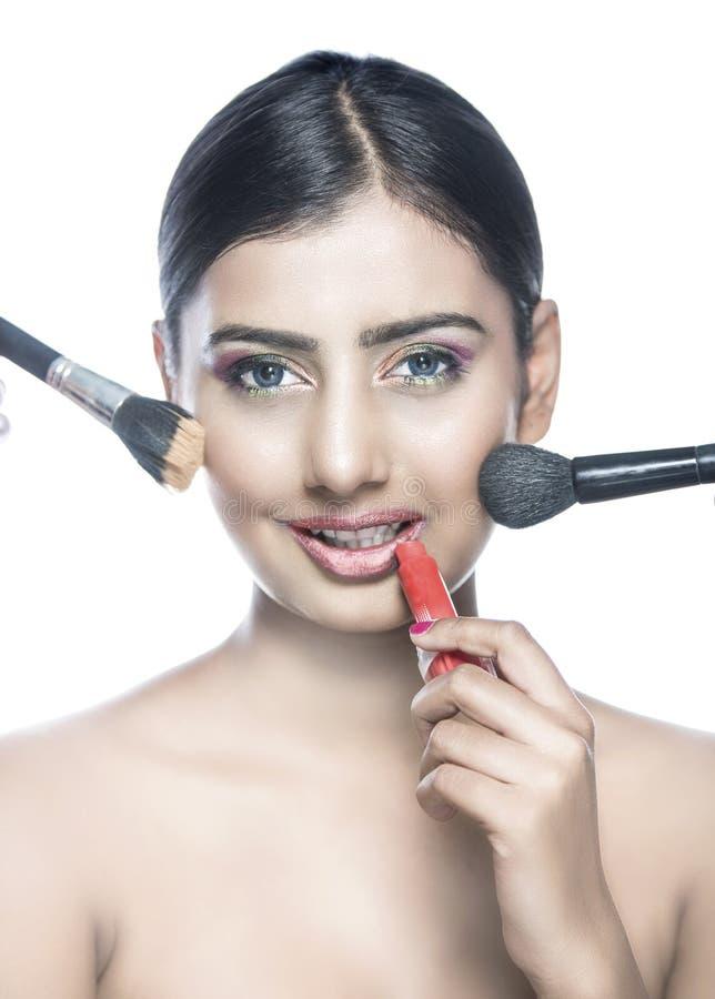 Härlig indisk flickamakeup med borsterouge och kanten färgar fotografering för bildbyråer