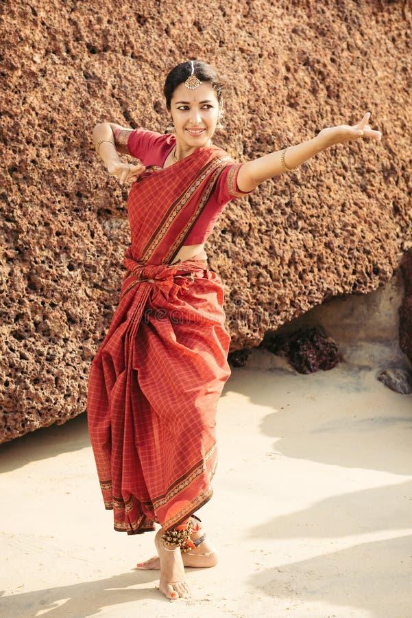 Härlig indisk kvinnadansare i traditionella kläder arkivfoton