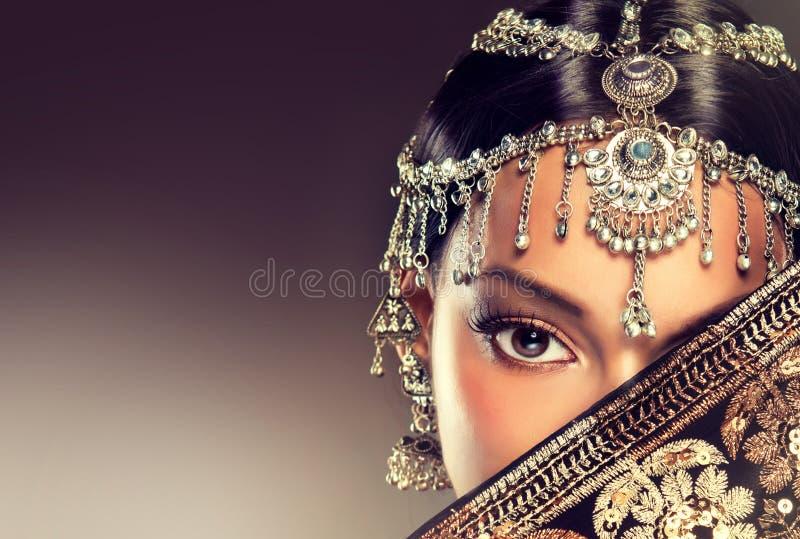 Härlig indisk kvinnastående med smycken royaltyfria bilder
