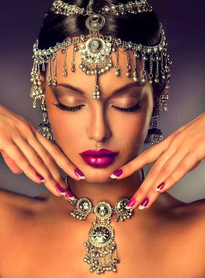 Härlig indisk kvinnastående med smycken royaltyfri bild