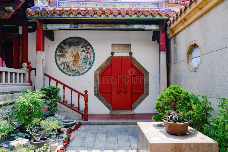 Härlig ingång till den buddistiska taiwanesiska templet, Tainan, Taiwan royaltyfri fotografi