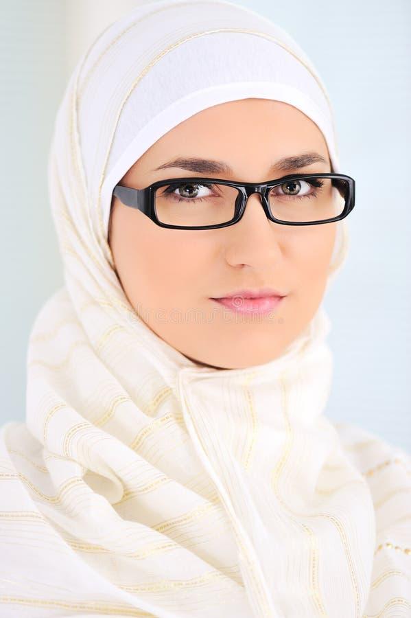 härlig inomhus muslimkvinna fotografering för bildbyråer