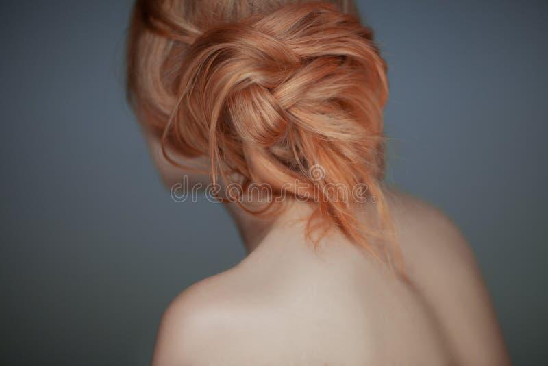 Härlig inpassad tillfällig modern frisyr, sinnligt kvinnastudioskott arkivfoton