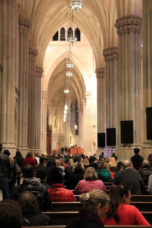Härlig inre arkitektur av kyrkan och gruppen av dyrkare, Sts Patrick domkyrka, NYC, 2015 royaltyfri bild