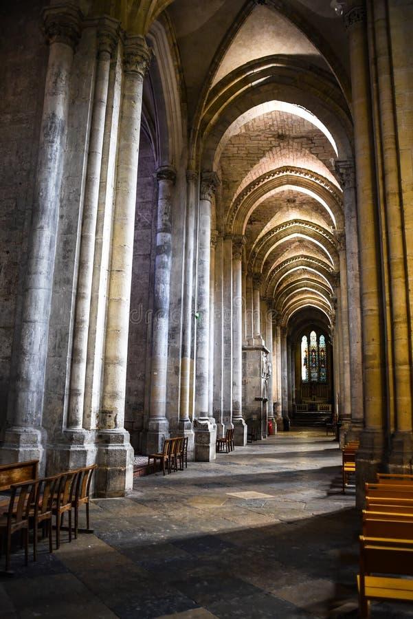 Härlig inre av den katolska domkyrkan i Vienne, Frankrike arkivbilder