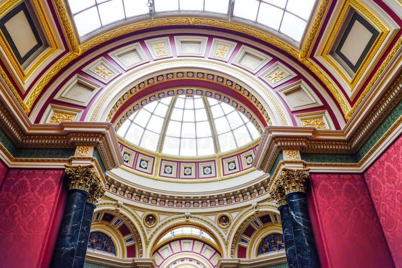 Härlig inre av det nationella gallerit, London, UK royaltyfri foto